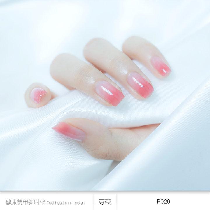 小可爱们可以尝试这款变色指甲油,从星星点点的闪亮裸色过渡到指尖的